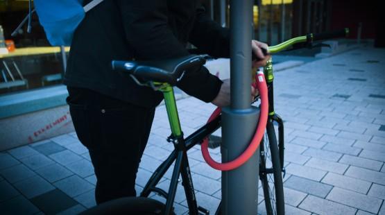 fahrradschloss-rot-anschliessen-laterne