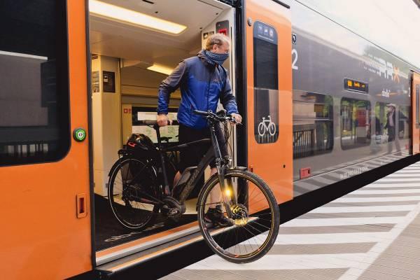 fahrrad-in-der-bahn-ausstieg