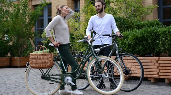 biker-mit-hollandrad-fahrradkorb-stehend