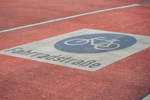 Symbolbild-Fahrradstrasse-Fahrbahn
