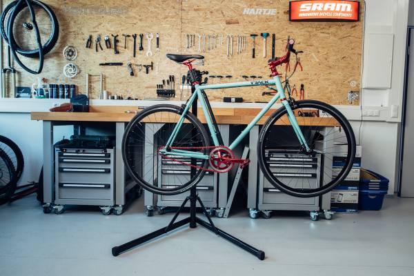 speedbike-im-montagestaender