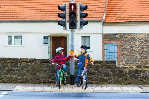 Kinder-auf-dem-Schulweg